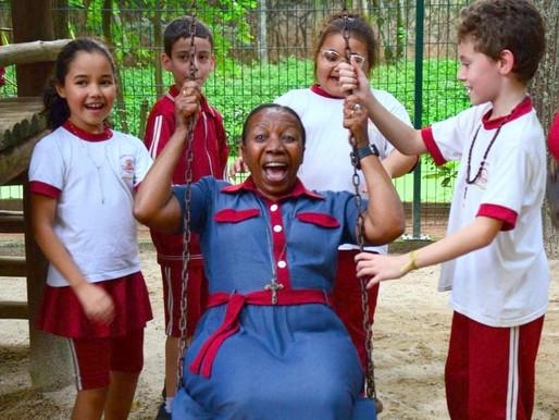 50 anos ensinando: Professora Juju hoje é voluntária no Colégio Católico Comunidade Resgate