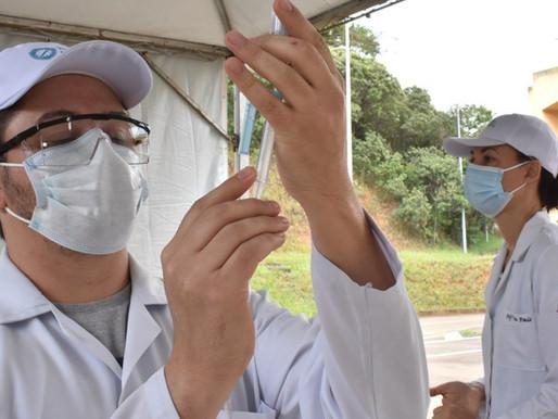 Nesta semana, de quarta a sábado, idosos podem se vacinar contra a Covid-19 no drive-thru da UFJF