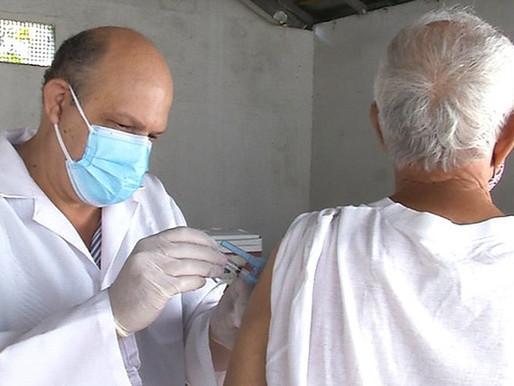 Idosos de 90 anos ou mais poderão tomar segunda dose da vacina da Covid-19 a partir de sábado (27)
