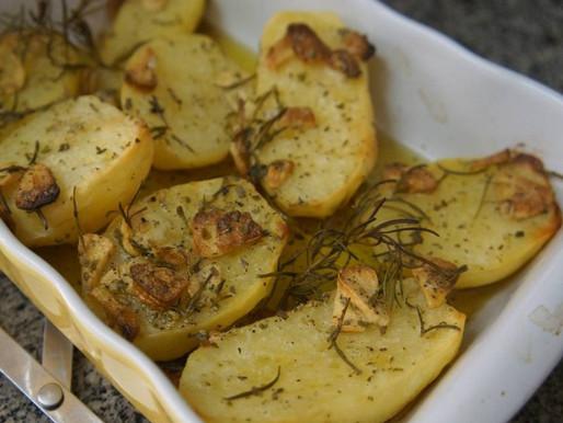 Batatas Assadas com Alho e Alecrim (vegana)