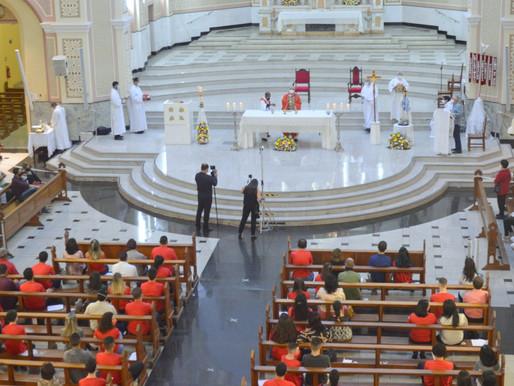 42 jovens e adultos recebem o Sacramento da Crisma na Catedral