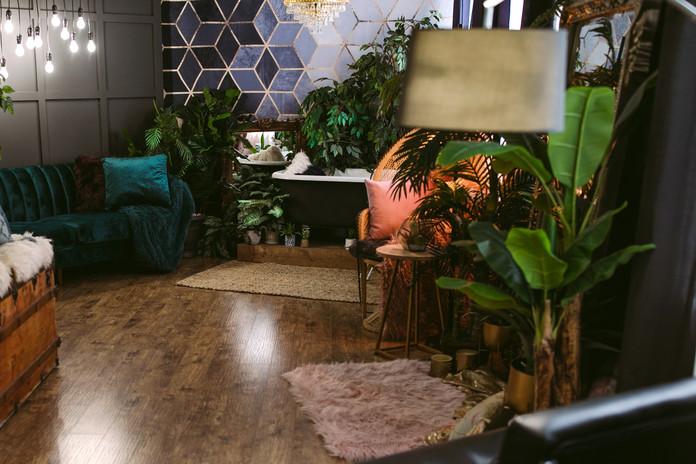 Studio B - Lounge/Bathtub