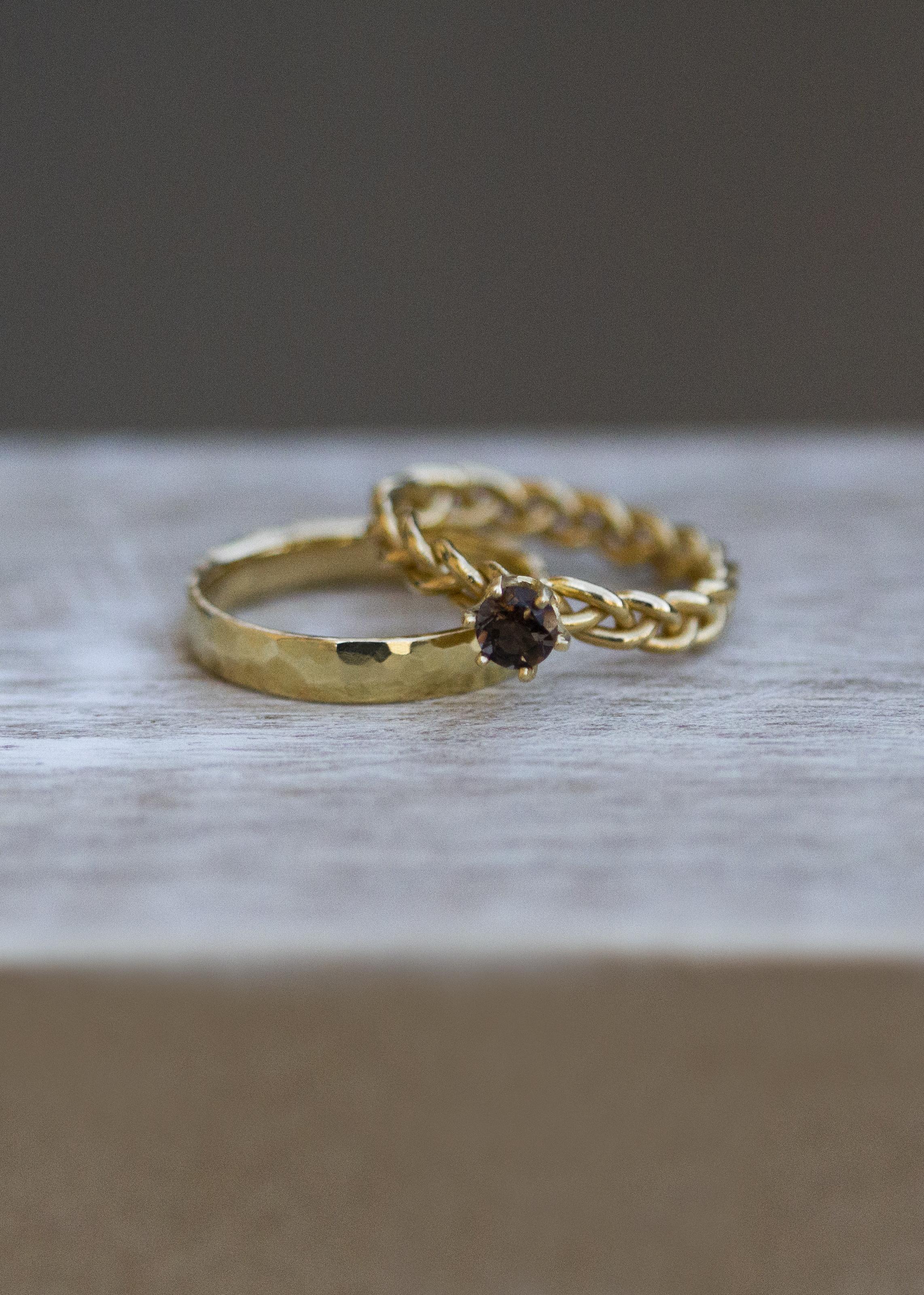 Gehämmerter Ring & geflochtener Solitaire mit Rauchquarz - Gelbgold