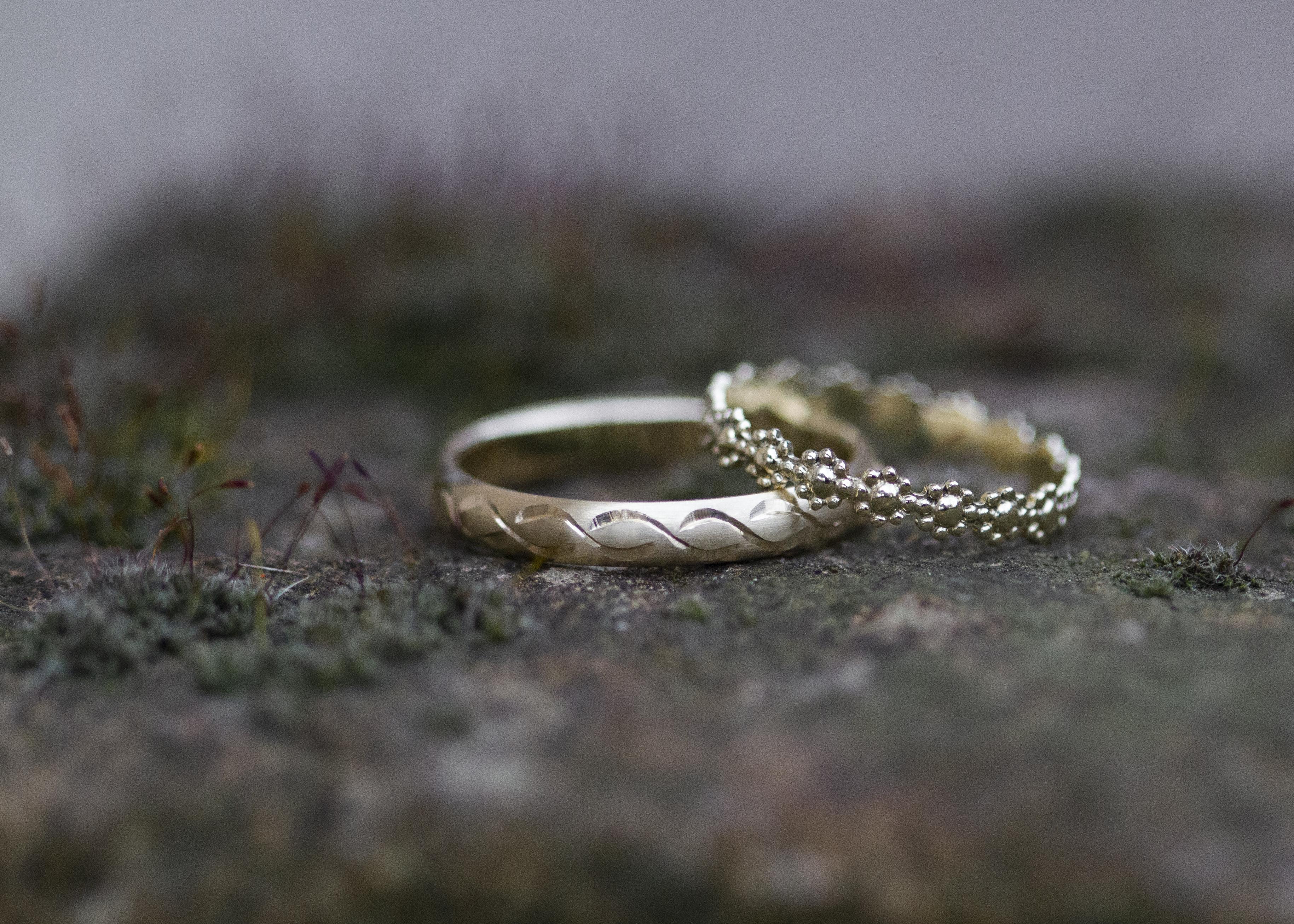 Ring mit Unendlichkeits-Schleife und Blümchen-Ring - Gelbgold