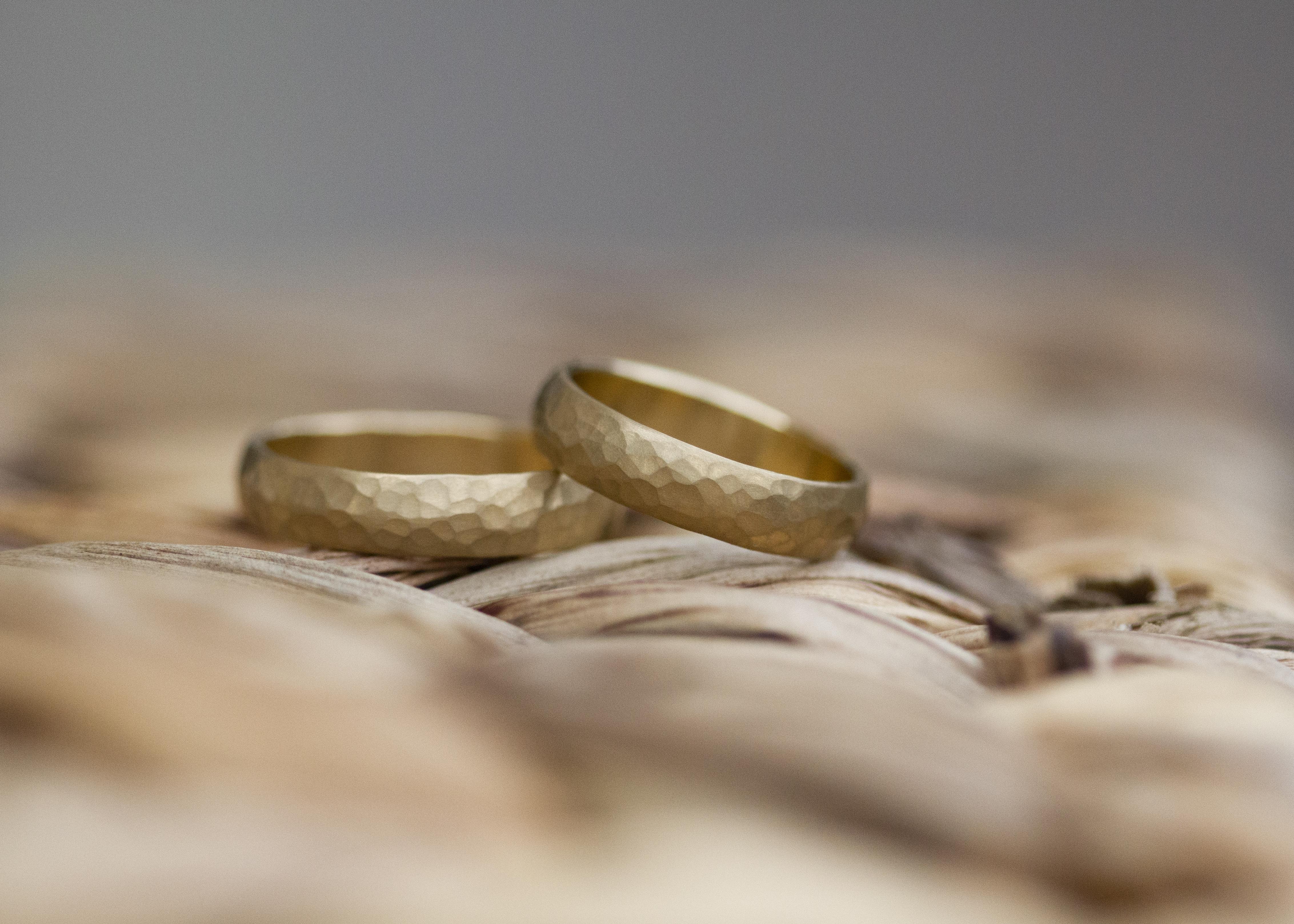 Matt gehämmerte Ringe - Gelbgold