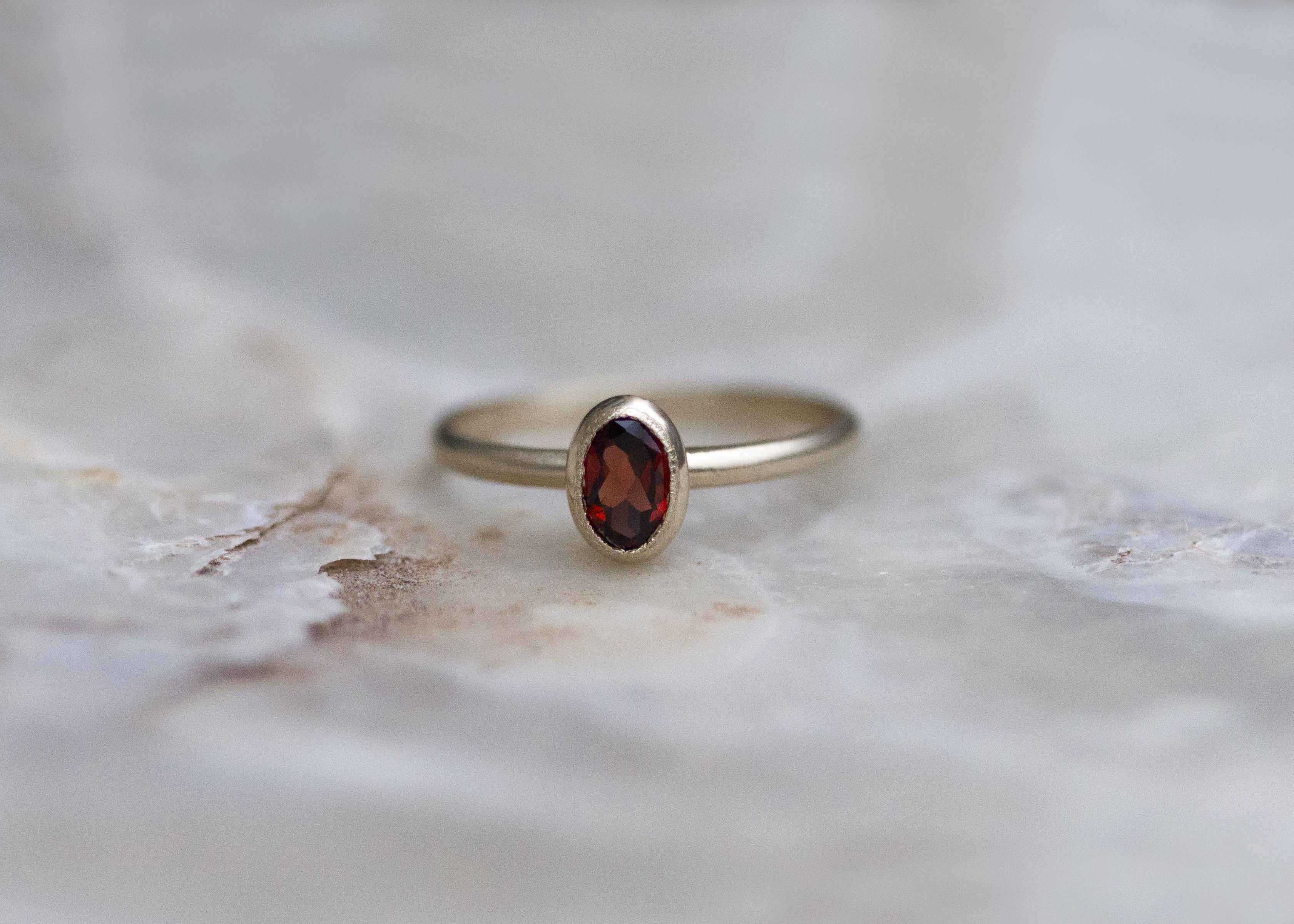 Matter Ring mit Granat - Gelbgold