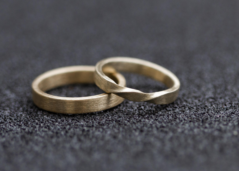 Matt gebürstete Ringe Möbiusdesign - Gelbgold