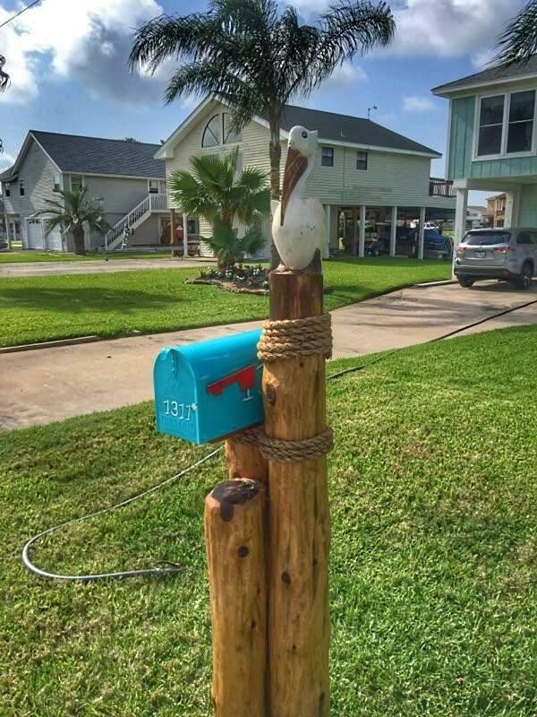 Blue mailbox w/white Pelican