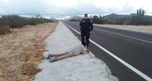 Encuentran tirado a un hombre en la carretera, estaba borracho.