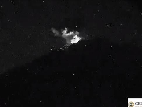 Popocatépetl lanza fragmentos incandescentes con ceniza
