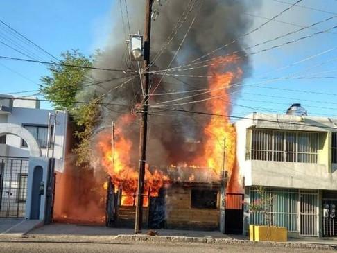 Incendio consume un hogar en la zona centro en La Paz
