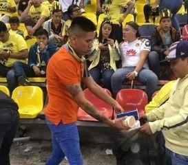 Afición del América pone el ejemplo al recoger basura del Estadio Azteca