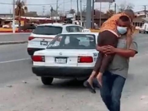 Coahuila: Lleva a su mamá cargando para que la vacunen