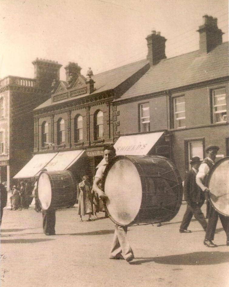 Lambeg_drums_in_Castlewellan_in_1940's