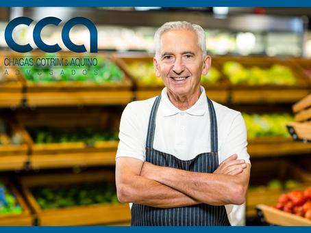 Supermercado é condenado a indenizar empregado demitido perto de se aposentar.