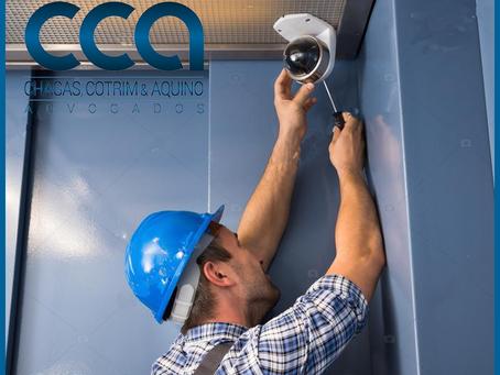 Empresa é condenada a indenizar funcionário por instalar câmera escondida no banheiro.