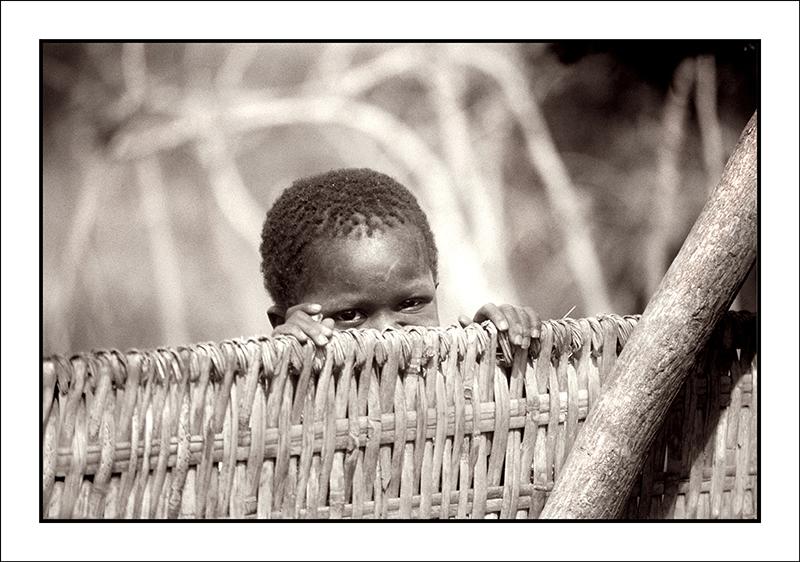 Niñowolof_en_su_patio_Poblado_de_Dialakoto_Senegal_1986_WEB