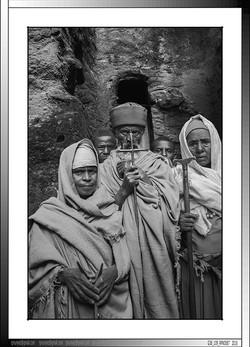 9 10 Familia de peregrinos en los laberintos de  Lalibela Etiopia 2016