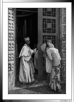 4 07 Sacerdote ortodoxo y feligresas Addis Abeba Etiopia 2015