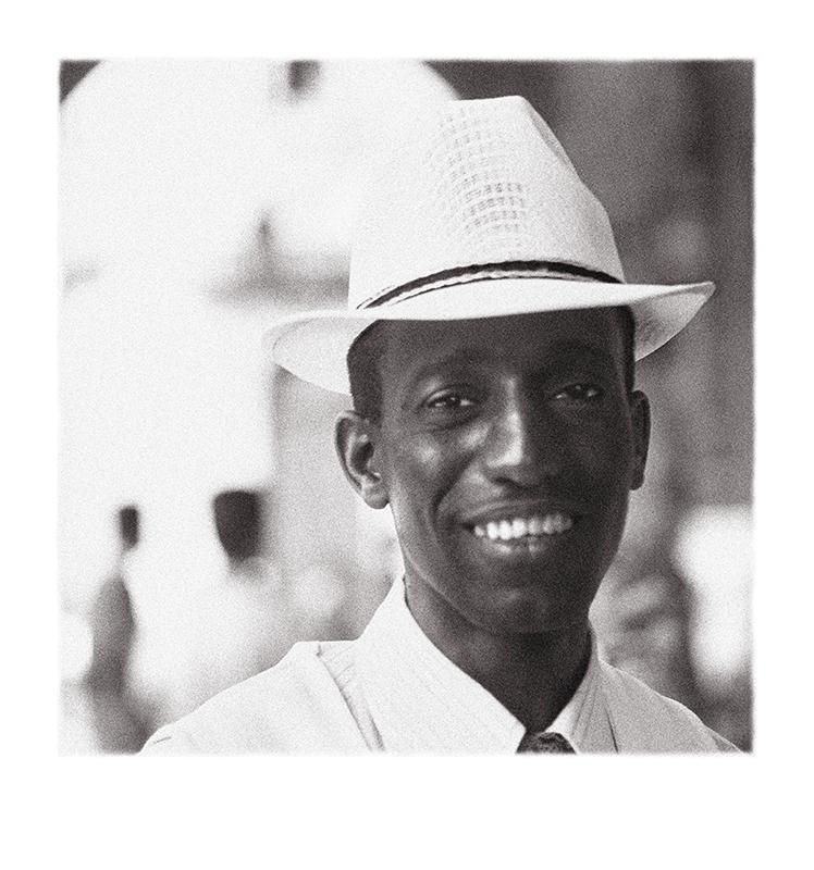 04_Bailarín_callejero_en_La_Habana_vieja__La_Habana,_Periodo_Especial_WEB