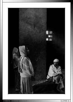 8 23 Oración en el interior de una iglesia monolítica Lalibela Etiopia 2016