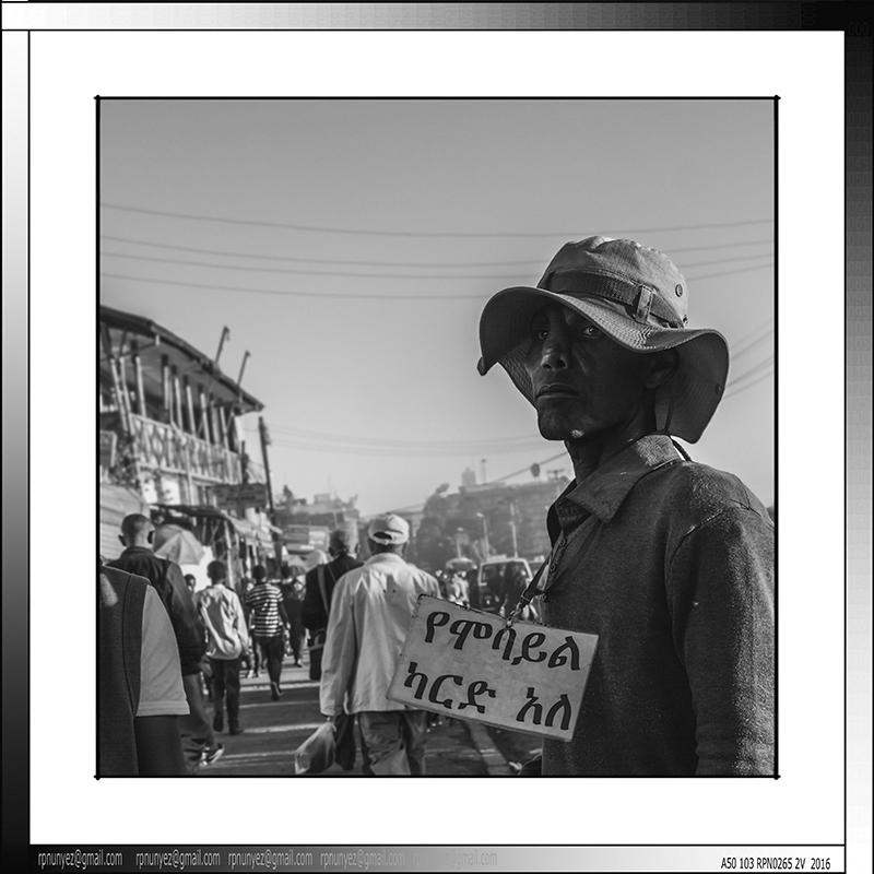 2 11 Vendedor callejero Piazza Addis Abeba Etiopia 2015