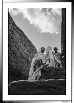 8 24 Peregrinas  preparándose para entrar  en los laberintos de Lalibela Etiopia  2016