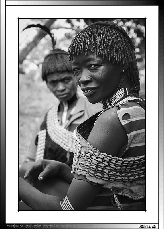 13 05 Dos de las esposas de Tifa Dabo asentamiento Banna de Yinya Etiopia 2014