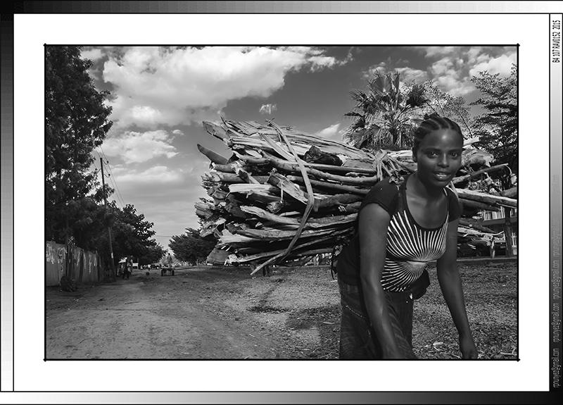 10 06 Joven porteadora Sikela Arba Minch Etiopia 2014