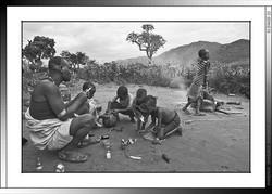 12 10 Wado Gaya y sus hijos preparando una vacuna para sus cabras Saba Etiopia 2014