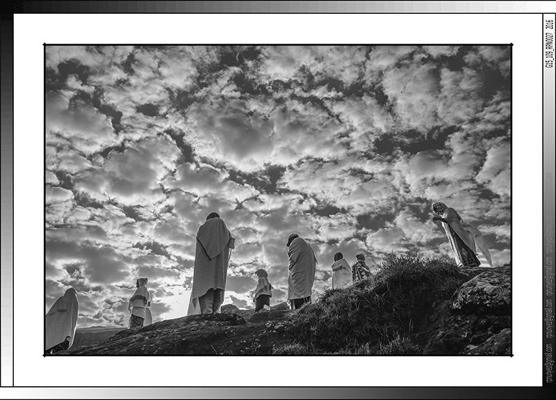 9 01 Oracion matutina en las montañas de Lalibela Etiopia 2016