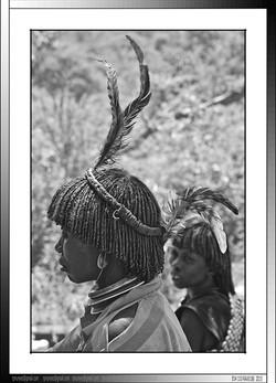 13 19 Hailo Ischo mujer de Tifa Dabo con su pluma distintiva de rango Yinya Etiopia 2014