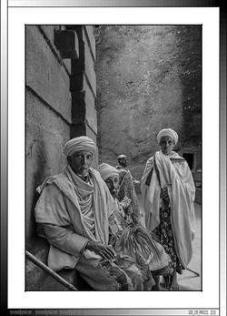 9 11 Familia de peregrinos descansando junto a una iglesia monolítica Lalibela Etiopia 2016