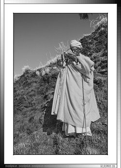 9 07 Diacono ortodoxo  cantando salmos en geez Lalibela Etiopia 2016