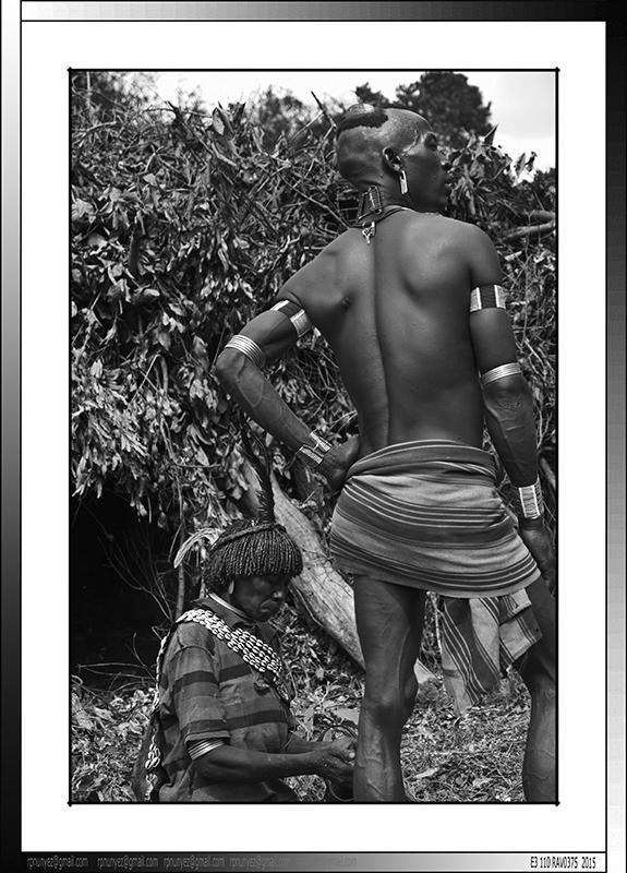 13 04 Primogenito de Tifa con su madre , asentamiento Banna de Yinya Etiopia 2014