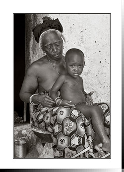 303 Sabadú Camará aseando a su nieto Nani