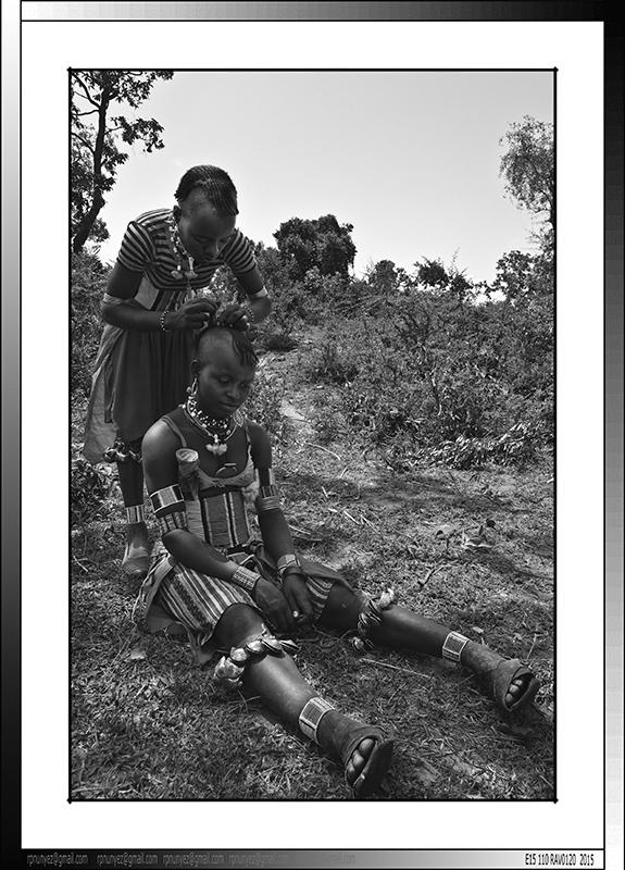 13 20 Jovenes Banna acicalandose Yinya Etiopia 2014