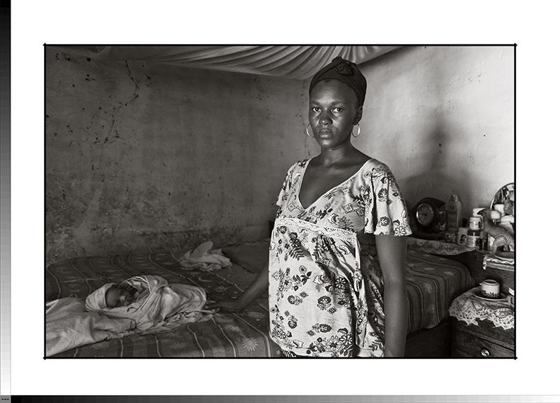 301 Sirene Sanha de 25 años con su hijo Ramoli recién nacido