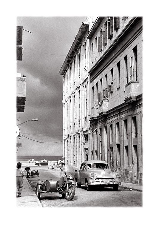 10_Junto_al_malecón.La_Habana_,_Periodo_Especial_WEB