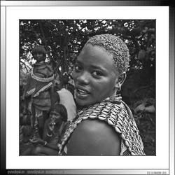 13 17 Joven de la etnnia Banna  con su vestido tradicional y su cabello arcillado Yinya Etiopia 2014