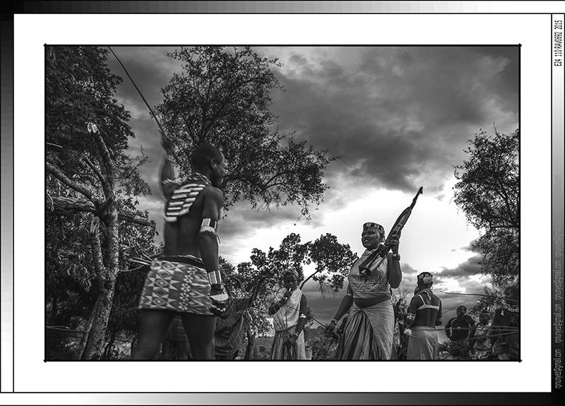 13 29 Fustigado ritual a jóvenes casaderas Yinya Etiopia 2014