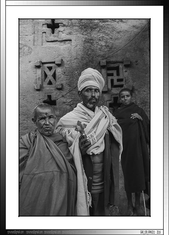 9 13 Familia de peregrinos en los laberintos de  Lalibela Etiopia 2016