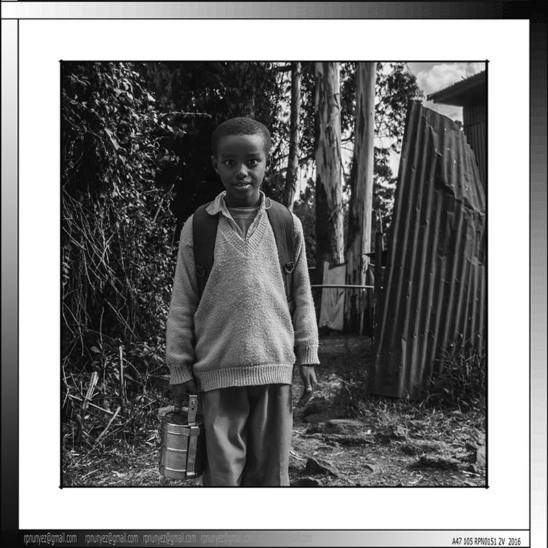2 06 Escolar de vuelta a casa Addis Abeba centro Etiopia 2015