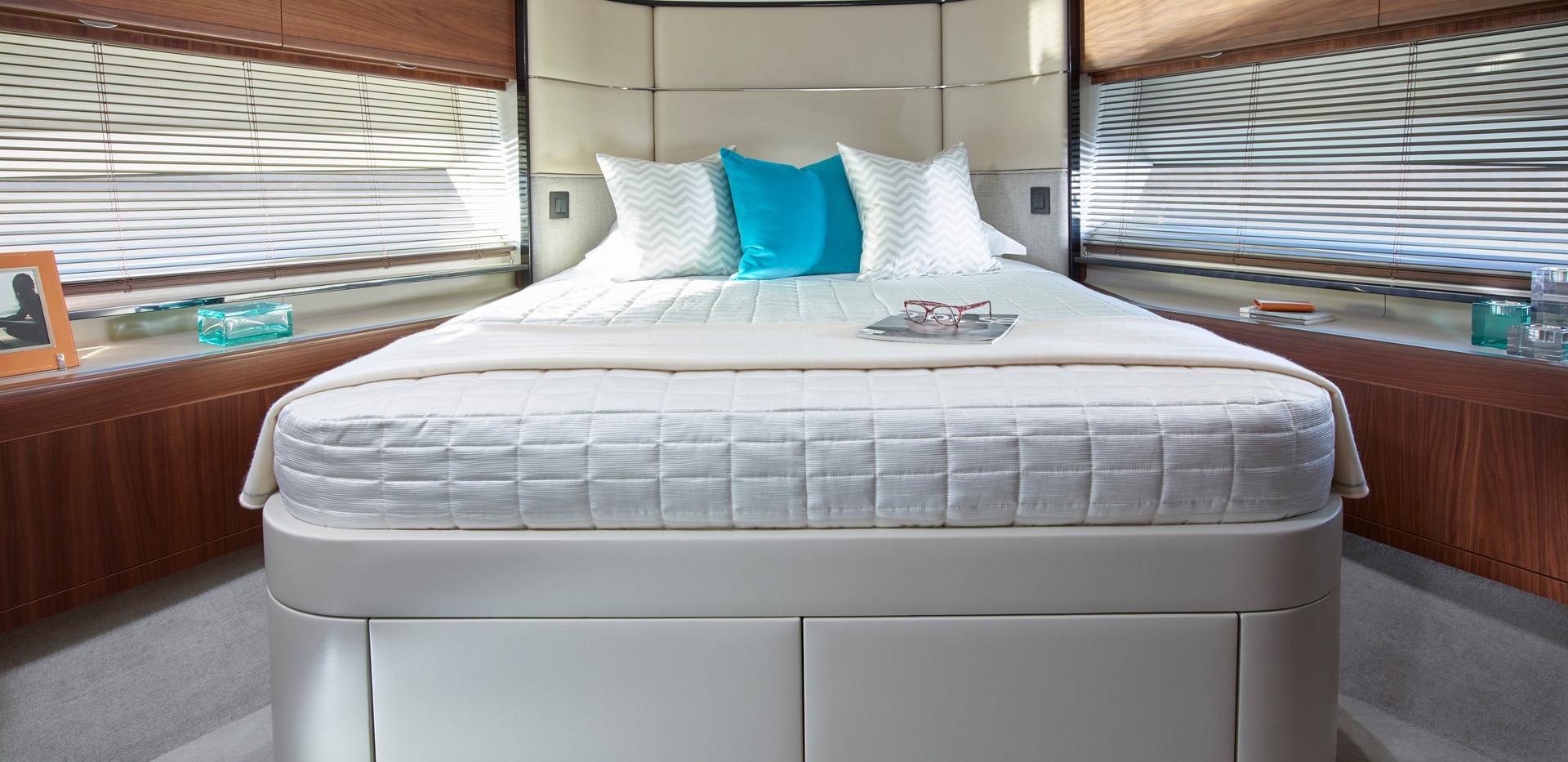 75-motor-yacht-interior-forward-cabin-am