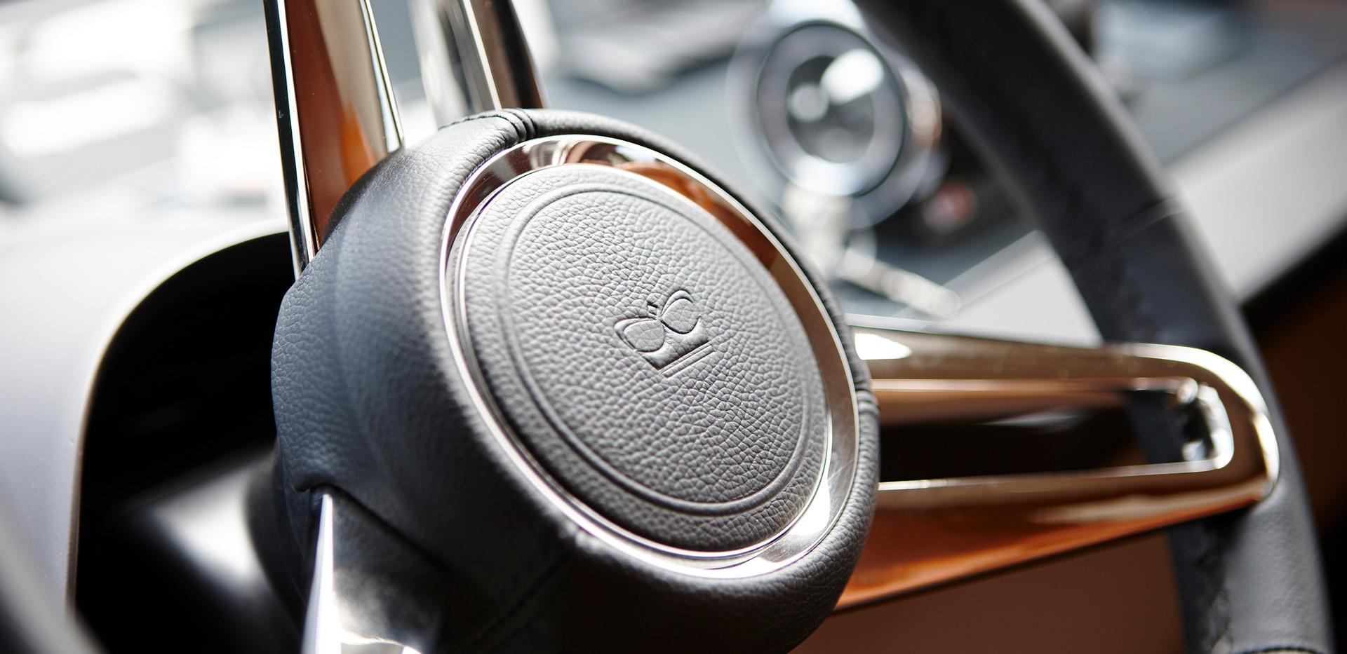 88-motor-yacht-interior-helm-wheel-detai
