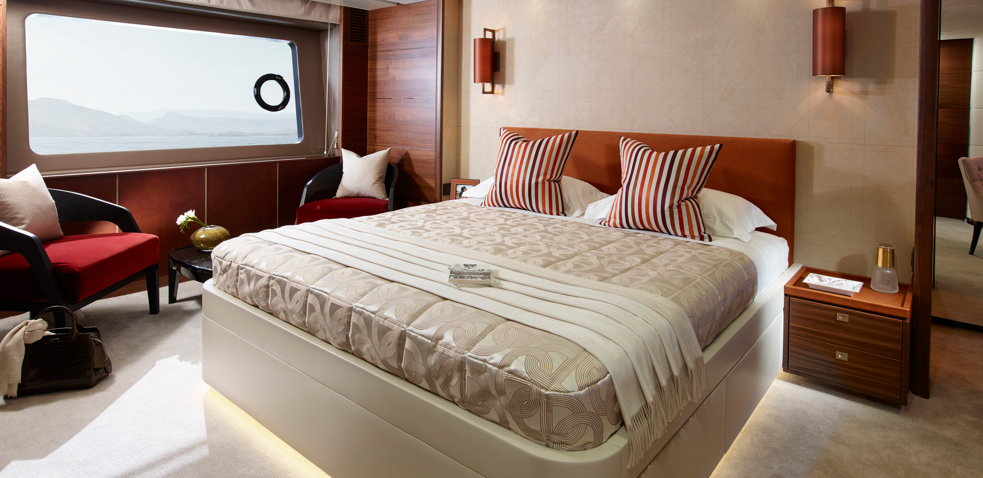 88-motor-yacht-interior-owners-stateroom