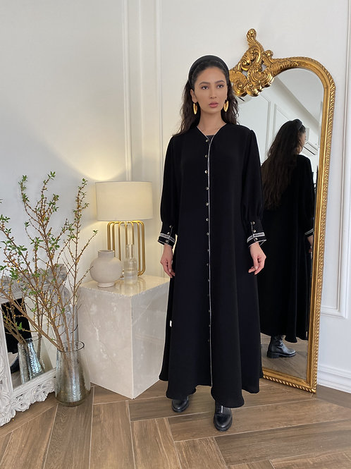 The delicatly trimmed abaya
