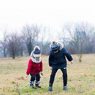 deux-enfants-qui-jouent-dehors-jour-plui