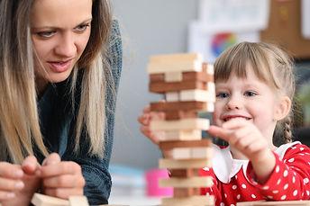 maman et fille empilent blocs