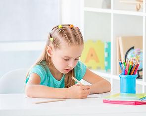 Jeune fille écriture bureau apprentissage